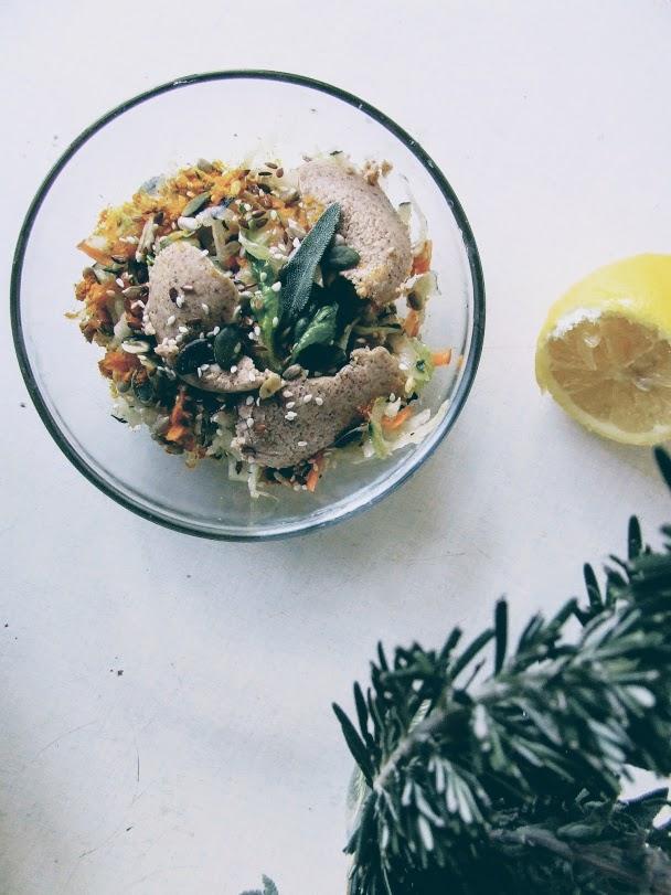 Salată cu unt de migdale, salvie și rozmarin