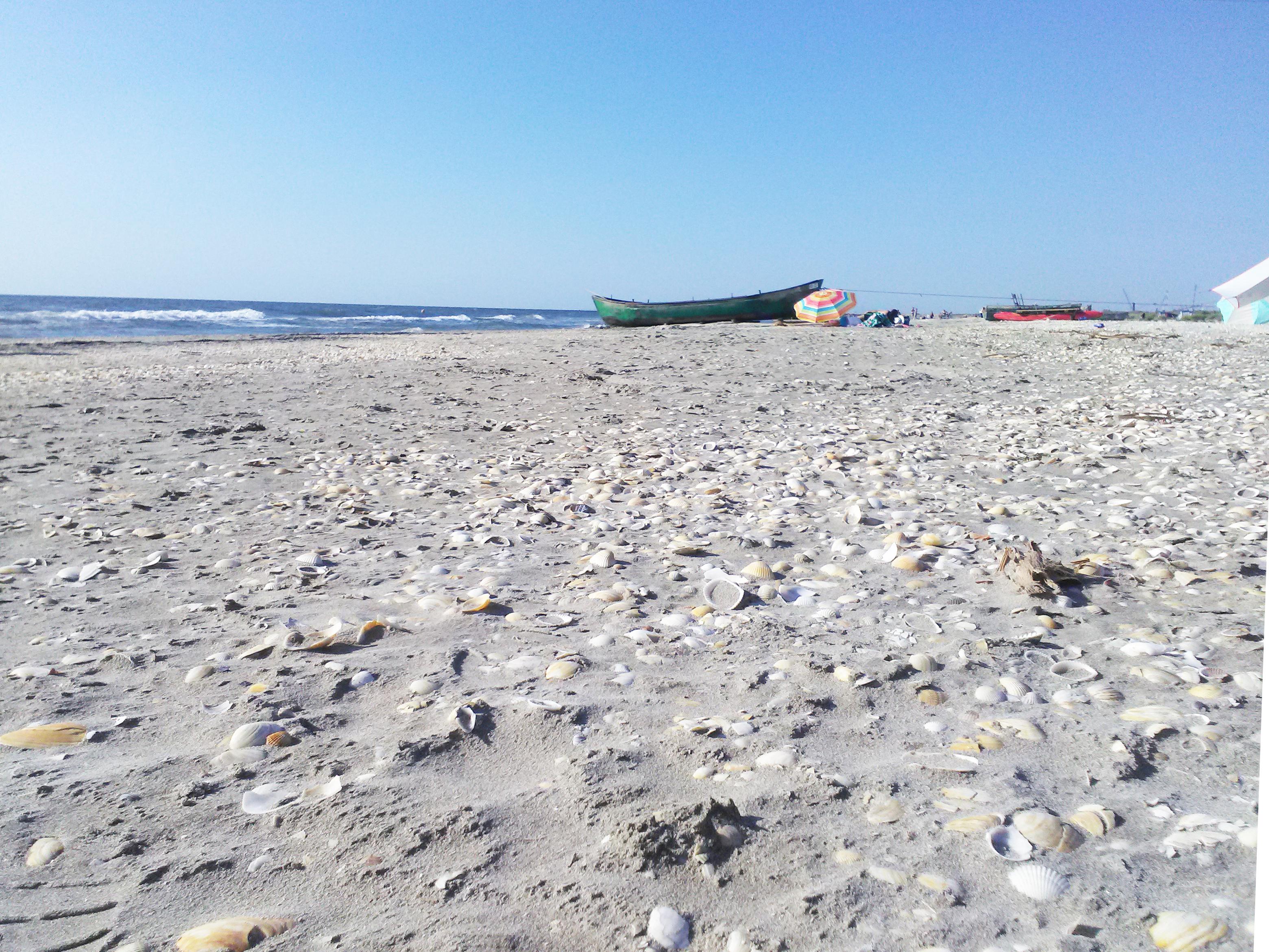 Plaja Corbu cu nisip, mare, barcă