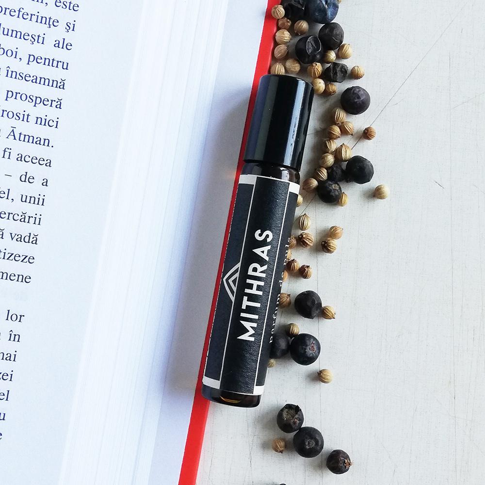 Mithras, parfum natural bărbătesc cu note calde, condimentate, desfășurate într-o bază orientală.